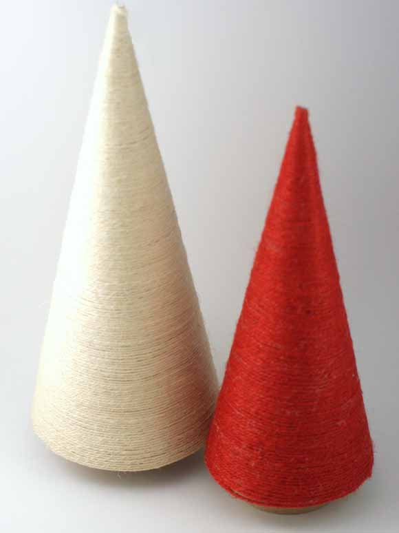 Sapin de Noël ficelle de jute crème et rougesur cône papier mâché-Éphéméria