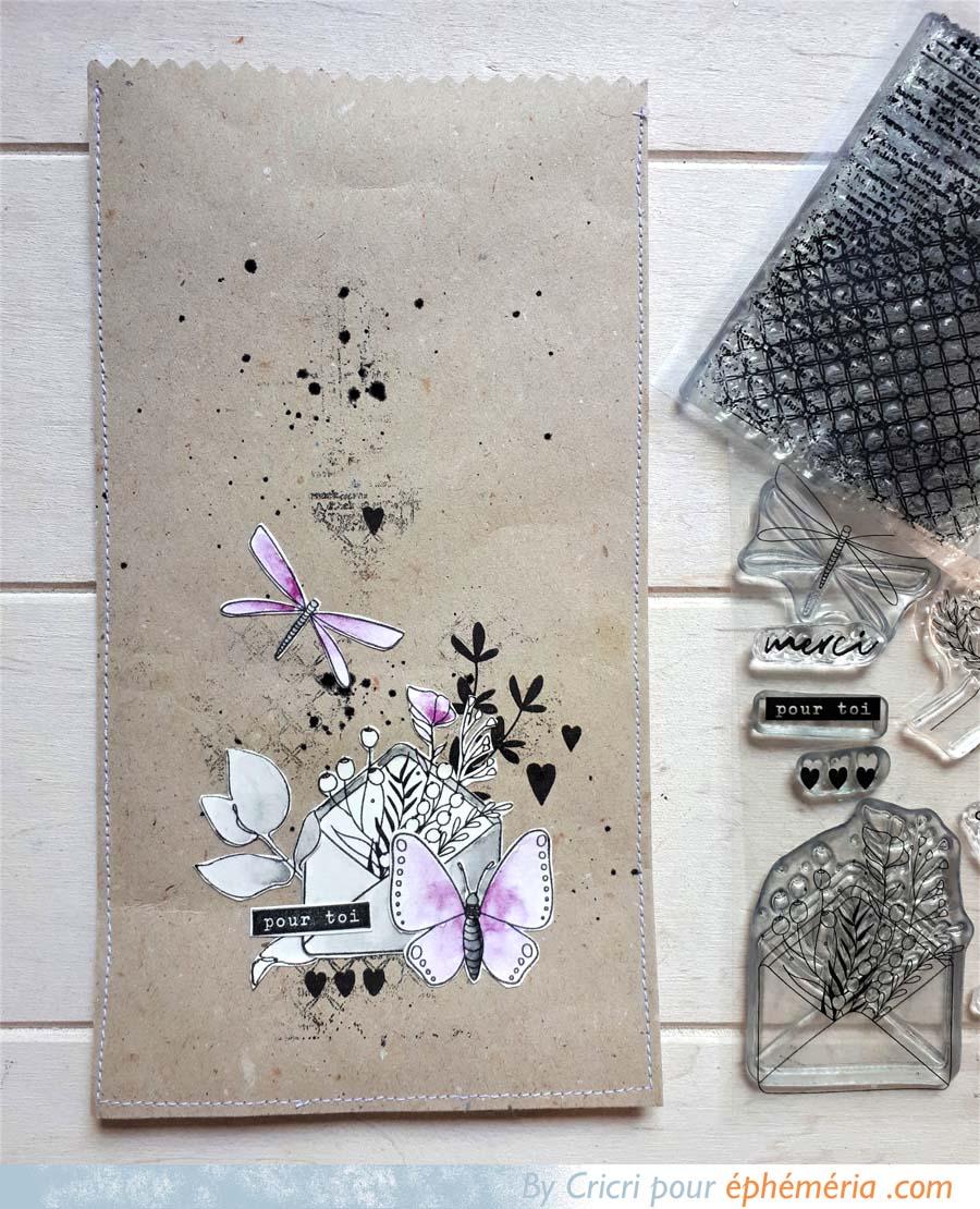 pochette surprise scrapbooking sur fond kraft avec des fleurs tamponnées par Cricri pour éphéméria
